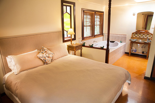 Fleurbaix Cottage - Deluxe King Size bed and Spa at Ashwood Cottages